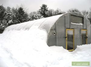 Теплица из поликарбоната дополнительно утепленная снегом