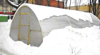 С арочной крыши снег сползает сам, если его не очень много