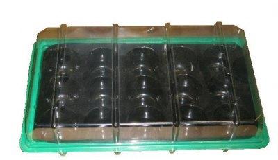 В ячейки насыпается почвосмесь или укладываются торфяные таблетки