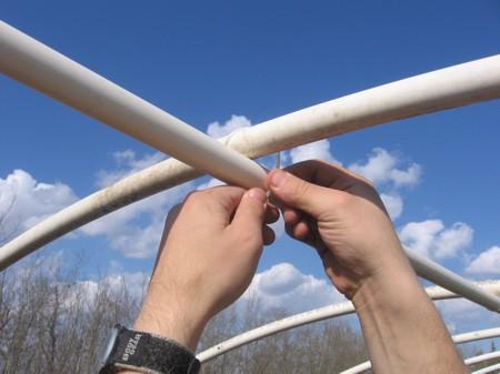 Закрепление полипропиленовых труб на арке каркаса теплицы