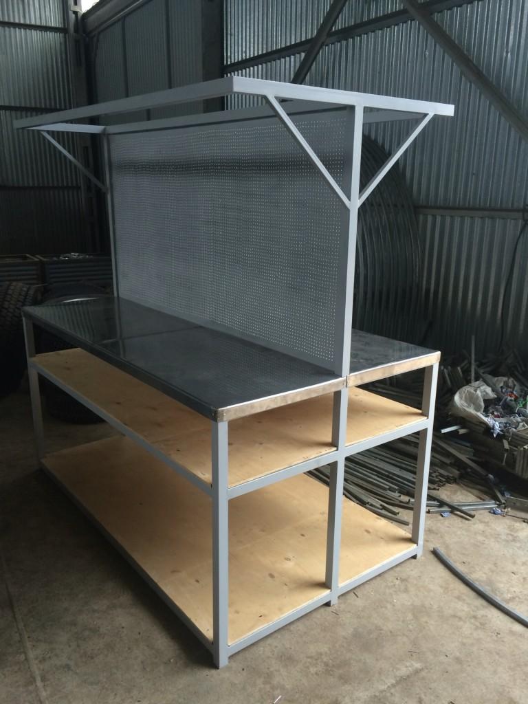 Конструкция двустороннего стеллажа, идеально подходит для установки по центру теплицы