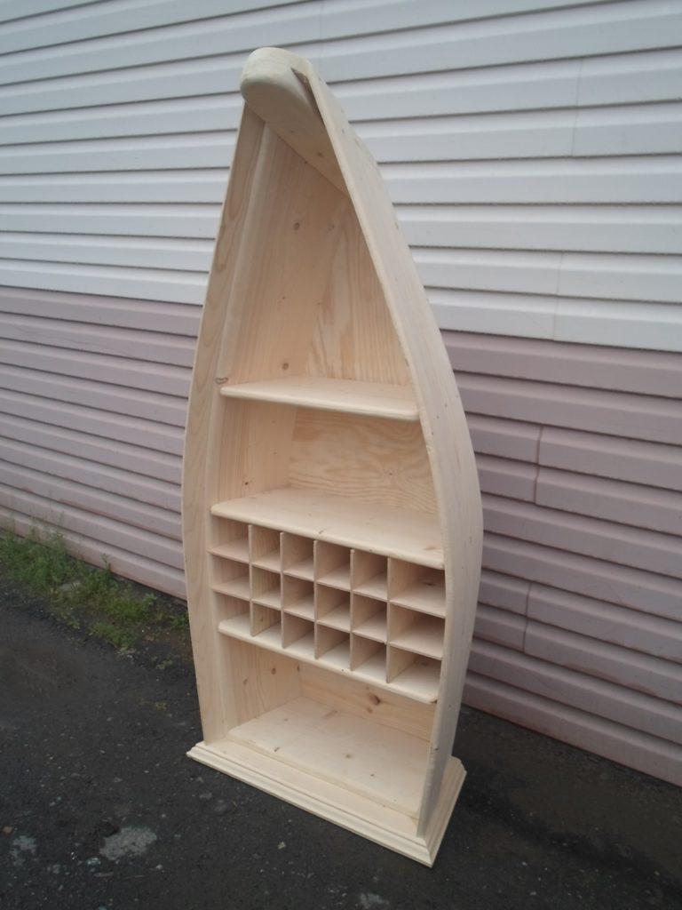 Деревянный винный стеллаж в виде лодки