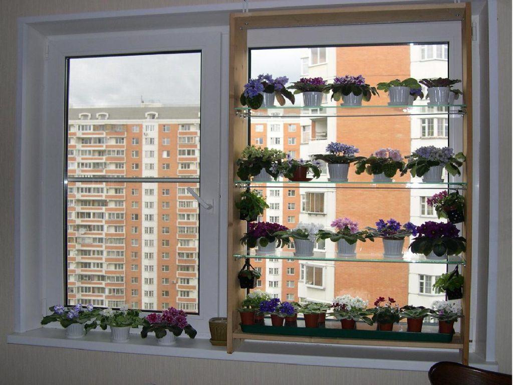 Стеллаж обустроенный на окне