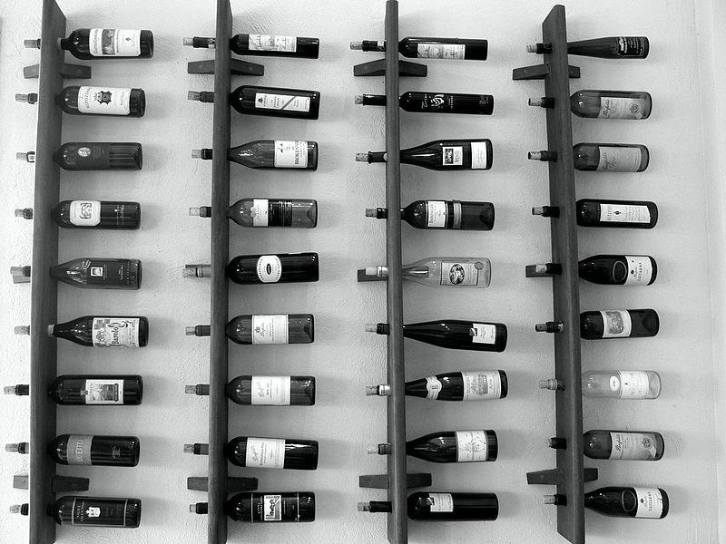 Стеллаж, удерживающий винную бутылку за горлышко