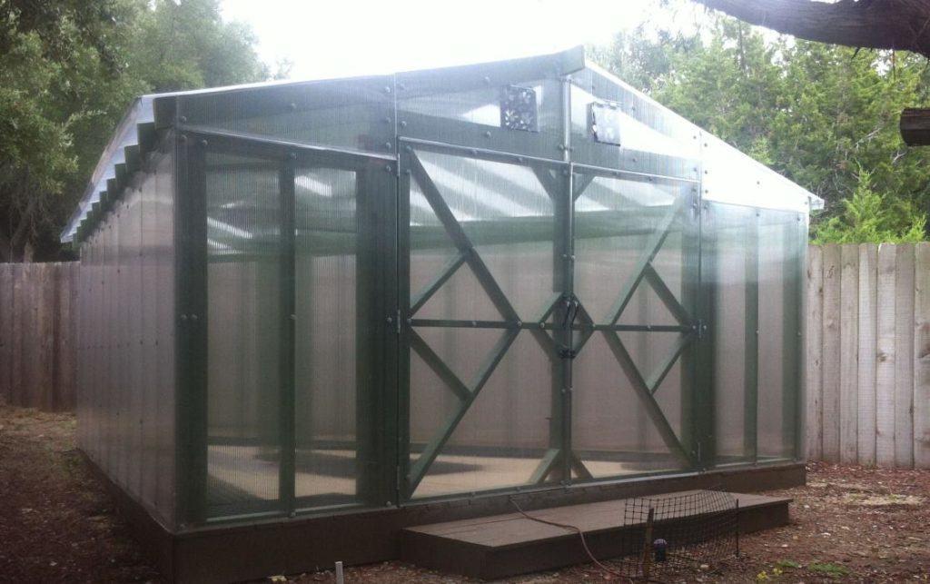 Прочная конструкция теплицы из сотового поликарбоната, в которой можно разместить большое количество стеллажей и полок
