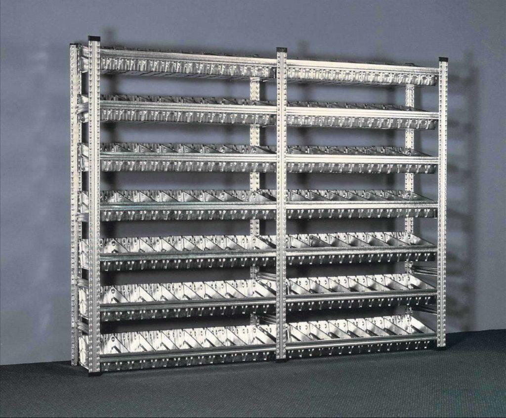 Разборный стеллаж, собранный из перфорированного металлического профиля