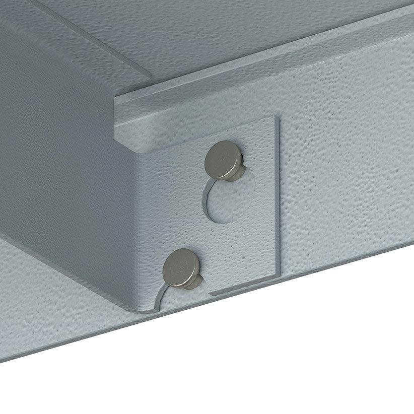 Удобный способ крепления на металлическом стеллаже, при помощи кронштейных отверстий
