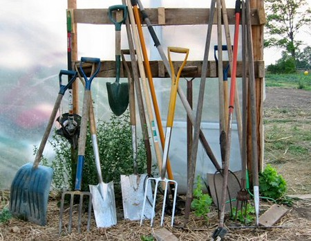 Садовый инвентарь также подлежит чистке и обработке.