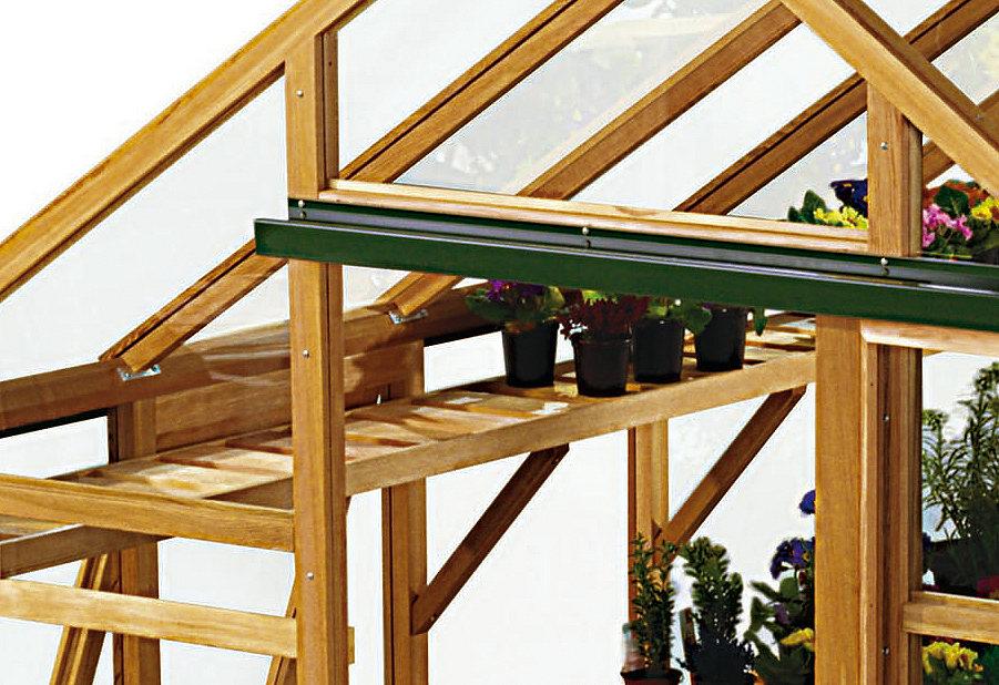Деревянные стеллажи в деревянной цветочной теплице, построенной своими руками