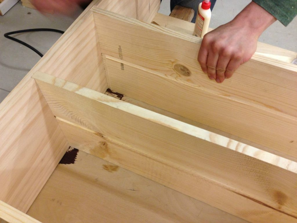 На фотографии мы видим пример деревянного стеллажа, сделанного своими руками