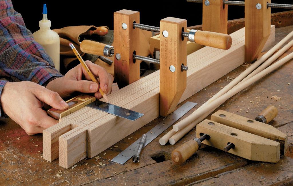 На фотографии мы видим процесс изготовления деревянного бруска для конструкции стеллажа