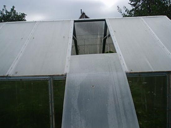 Поликарбонатные теплицы с раздвижной крышей двухскатные можно построить своими руками.