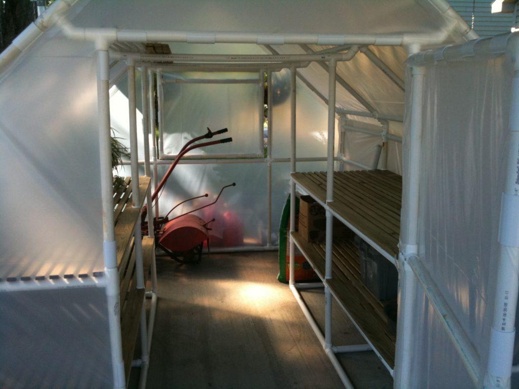 Располагают стеллажи вдоль теплице по обе стороны от входа, но если теплица довольно большая, то необходимо заранее продумать расположение стеллажей