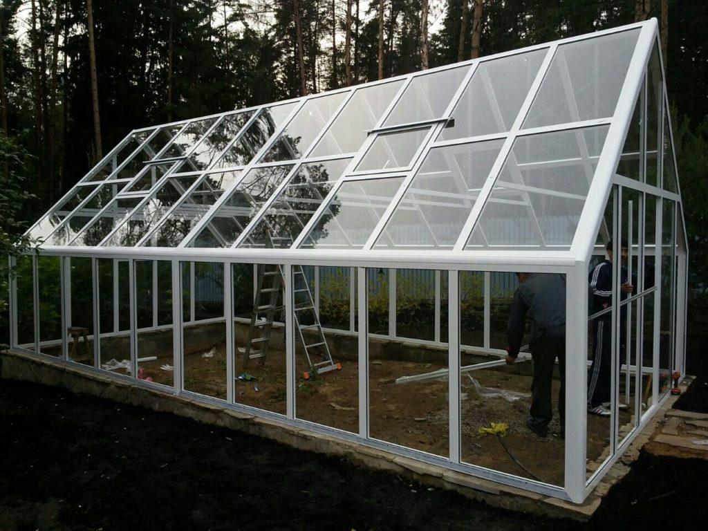 Сделать раздвижную стеклянную крышу довольно сложно, а купить – дорого, поэтому из стекла делают откидные или частично сдвижные кровли.