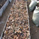 Добавляем источник азота (траву и листья деревьев)