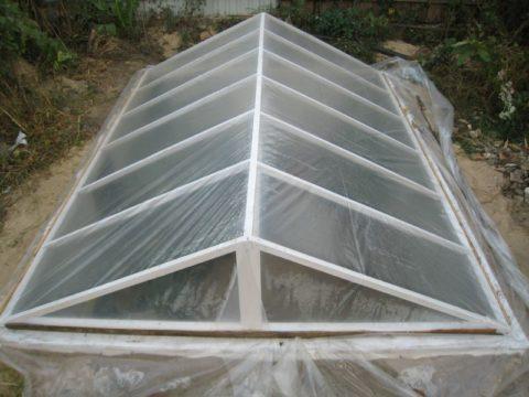 Простейшая конструкция углубленной теплицы