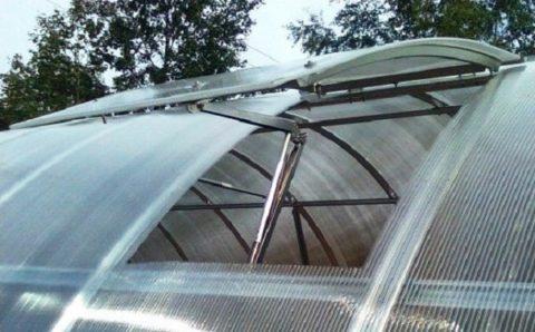 Для поддержания оптимальной температуры теплицу нужно оборудовать не только обогревателями, но и вентиляцией