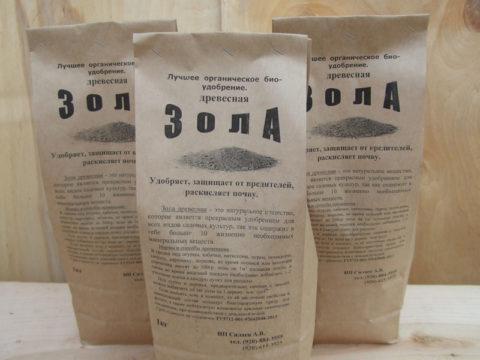 Зола раскисляет почву и служит защитой от вредителей