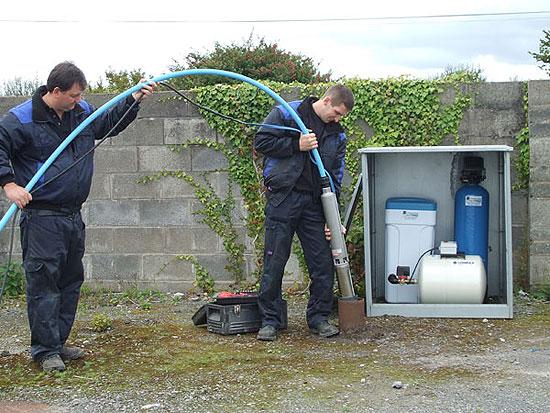 Чаще всего глубинные насосы для скважин бытовые применяются в загородных или дачных домах.