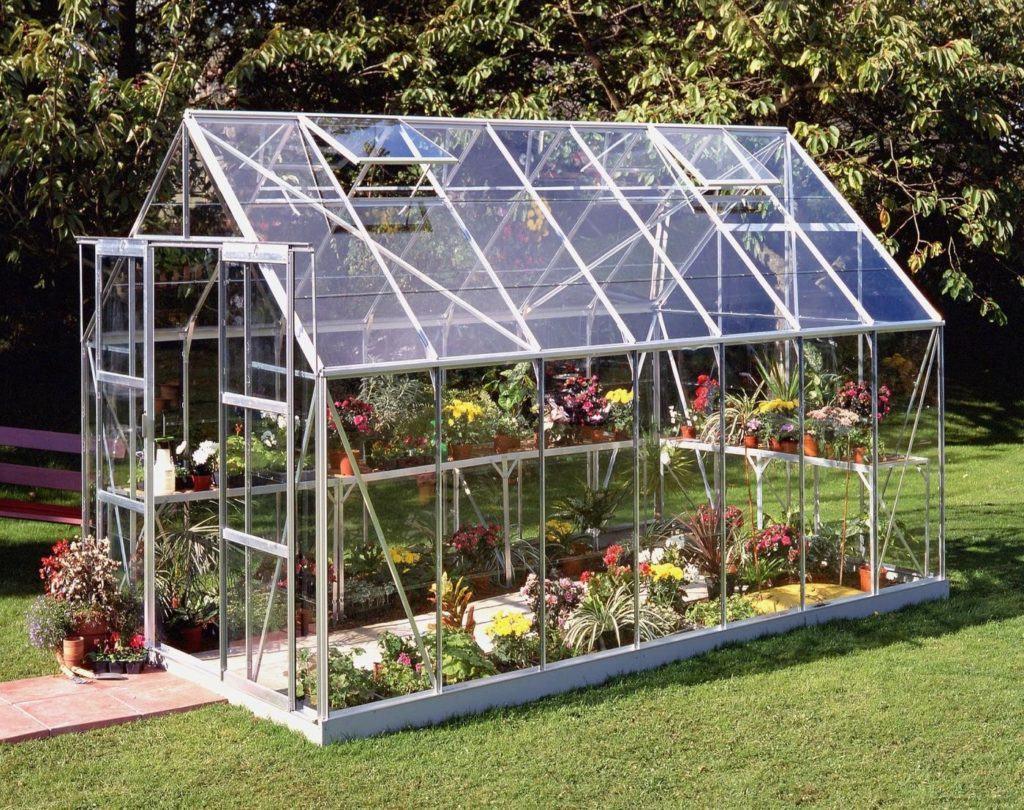 Теплица из стекла обладает почти стопроцентной светопроницаемостью для солнечных лучей.
