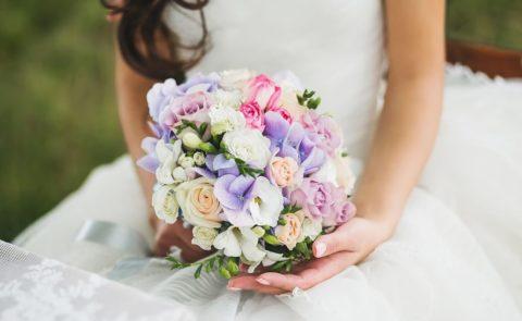 Букет невесты из роз, фрезий и гортензий