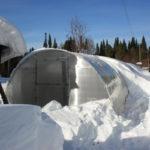 На покатых боках теплицы снег не удерживается