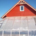 При таком расположении теплицы, на неё не попадёт снег с крыши дома